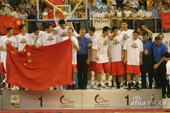 图文-中国男篮击败黎巴嫩夺冠队员们站在领奖台