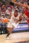 图文-NBA季前赛火箭VS76人亨特突破篮下强攻