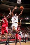 图文-NBA季前赛火箭VS76人奈龙强攻不惧安德森