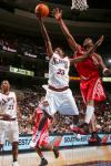 图文-NBA季前赛火箭VS76人麦蒂篮下送出封盖