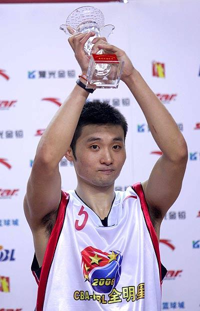 图文-中韩男篮明星赛中国济源站刘炜获得MVP称号
