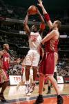 图文-[NBA]骑士VS山猫雷蒙德-法尔顿篮下抢攻
