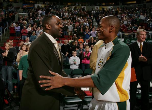 图文-[NBA]开拓者VS超音速雷-阿伦与麦克米兰握手