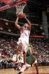 图文-[NBA]超音速77-100火箭霍华德轻松扣篮