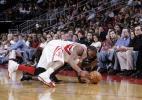 图文-[NBA]尼克斯83-90火箭麦蒂倒地全力拼抢