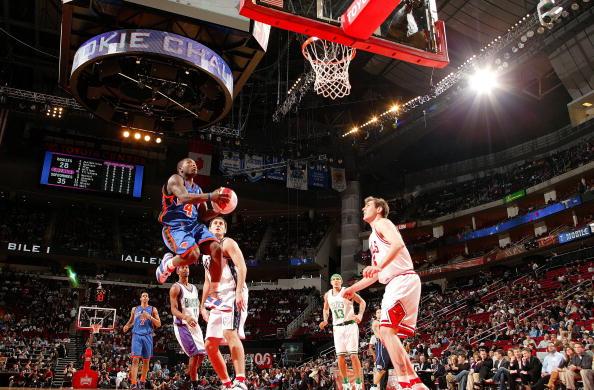 图文-NBA全明星新秀挑战赛罗宾逊展示飞行技巧