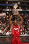 图文-NBA全明星技巧挑战赛韦德夺冠高举奖杯