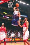 图文-2006NBA全明星大赛卡特扣篮邓肯扯后腿