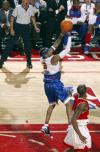 图文-2006NBA全明星大赛艾弗森上篮闲庭信步