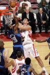 图文-[NBA]小牛95-81胜火箭姚明上篮力压对手