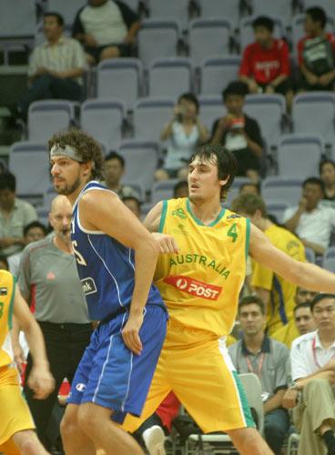 图文-[斯杯]澳大利亚vs希腊篮下对抗激烈非常