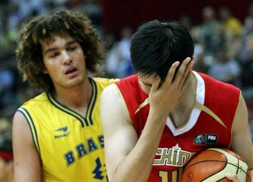 图文-[斯杯]中国男篮78-88巴西大郅痛苦捂着眼睛