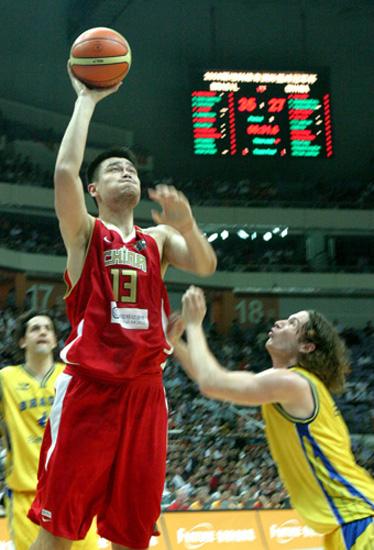 图文-[斯杯]中国男篮vs巴西姚明上篮轻松得分