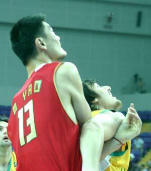 图文-[斯杯]中国男篮vs澳大利亚姚明遭贴身严防