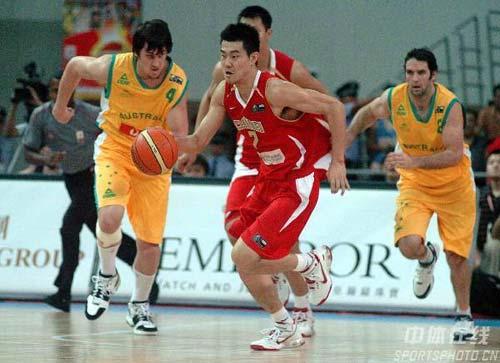图文-中国男篮63-61澳大利亚博格特难追中国旋风