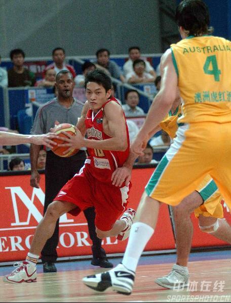 图文-中国男篮63-61澳大利亚陈江华犀利突破破防线