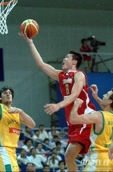 图文-中国男篮63-61澳大利亚朱芳雨飞身奋力上篮