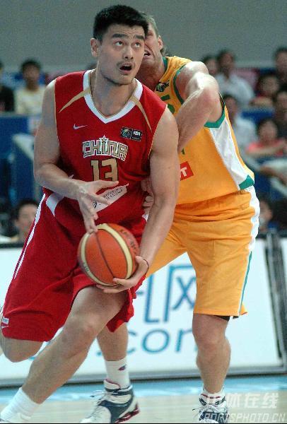 图文-中国男篮63-61澳大利亚姚明拿球瞄准篮筐