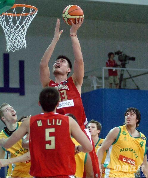 图文-中国男篮63-61澳大利亚对手目送姚明上篮得分