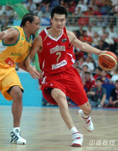 图文-中国男篮63-61澳大利亚王仕鹏带球快速突破