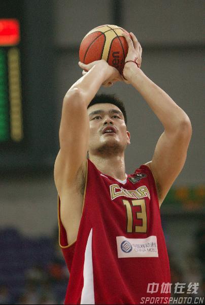 图文-中国男篮63-61澳大利亚姚明罚球稳稳出手