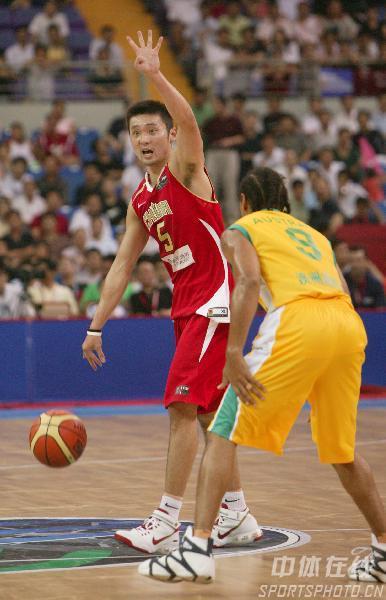 图文-中国男篮63-61澳大利亚刘炜举手示意裁判