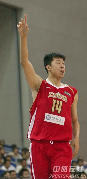 图文-中国男篮63-61澳大利亚大郅挥手致意队友