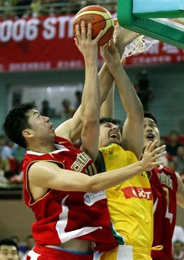 图文-中国男篮63-61澳大利亚明郅联手送出封盖