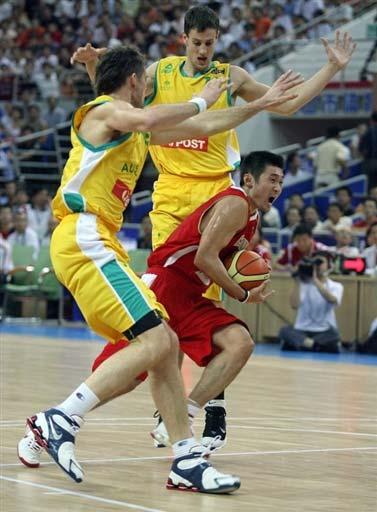 图文-中国男篮63-61澳大利亚刘炜带球巧妙突破