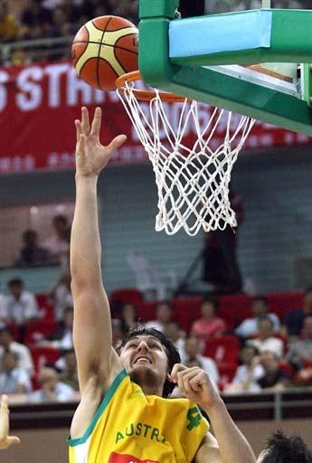 图文-中国男篮63-61澳大利亚博格特飞身奋力上篮