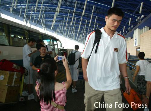 图文-中国男篮兵发日本姚明现身球迷狂拍