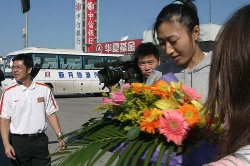 图文-[世锦赛]中国女篮返回北京任蕾接受鲜花