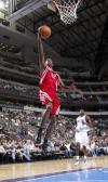 图文-[NBA季前赛]火箭vs小牛阿尔斯通快攻上篮