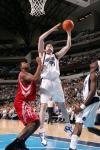 图文-[NBA]火箭72-69胜小牛克罗希尔篮下强攻