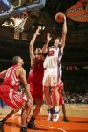 图文-[NBA]火箭97-90尼克斯姚明篮下防守屏障