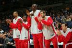 图文-[NBA]火箭vs勇士火箭板凳起立为队友助威