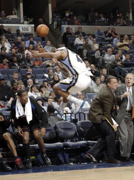 图文-[NBA]76人102-118灰熊飞身救球吓倒场边人