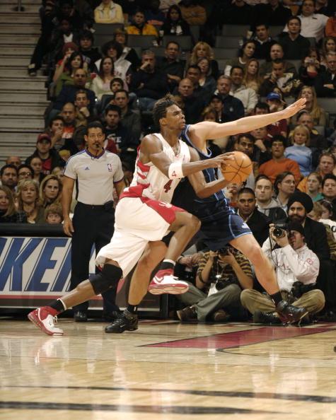 图文-[NBA]爵士102-94猛龙波什突破布泽尔