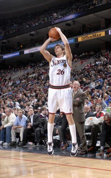 图文-[NBA]76人98-95热火科沃尔三分线外投篮