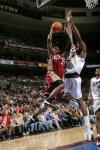 图文-[NBA]骑士vs76人休斯突破飞身单手上篮