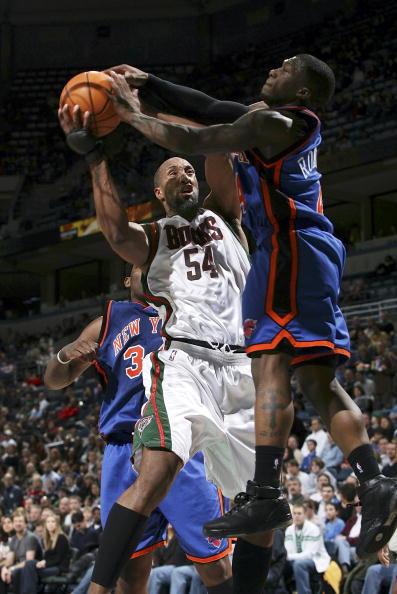 图文-[NBA]尼克斯105-107雄鹿小土豆飞身封盖