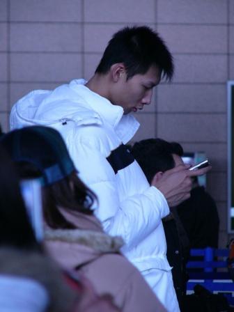 图文-中国明星队出征韩国易建联机场忙着发短信
