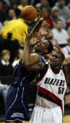 图文-[NBA]爵士100-103开拓者伦道夫科林斯争抢