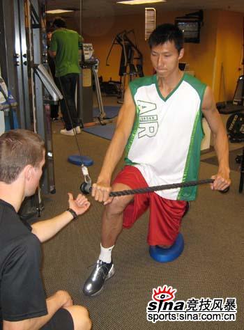 图文-[独家]易建联洛杉矶备战NBA选秀力量练习