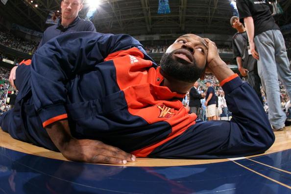 图文-[季后赛]勇士vs爵士戴维斯悠闲的躺在地板上