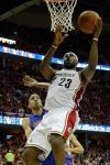 图文-[NBA季后赛]活塞82-88骑士詹姆斯篮下单打