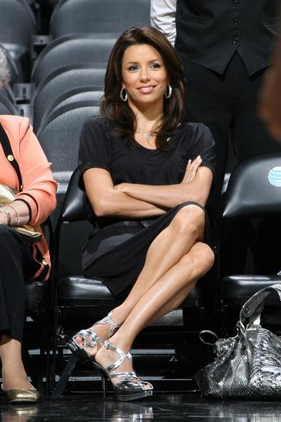 图文-NBA季后赛场边美女如云帕克女友秀出美腿