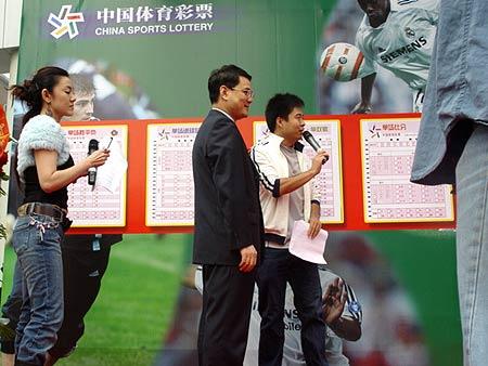 图文-北京单场足彩首发仪式举行张伟华与段暄交流