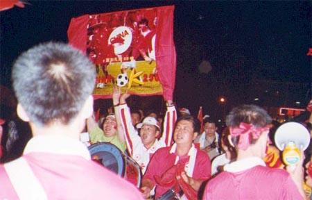 之四 球迷高举中国挺进2002世界杯宣传画