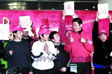 图文-广告新宠杨晨写真 与聋哑儿童在一起